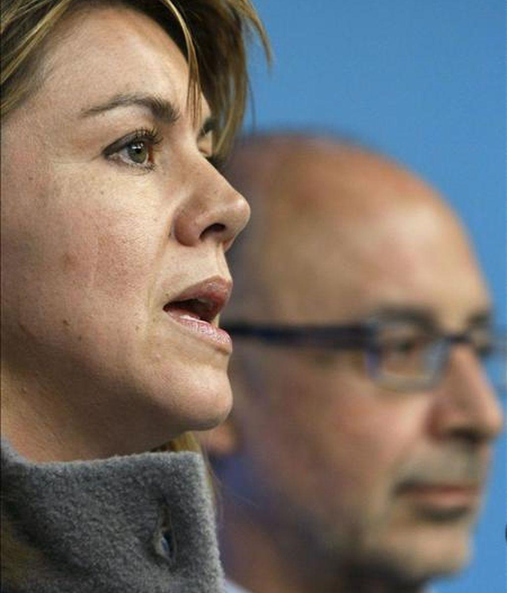 La secretaria general del PP, María Dolores de Cospedal (i), y el portavoz económico del partido, Cristóbal Montoro, durante la rueda de prensa ofrecida ayer en la sede popular. EFE