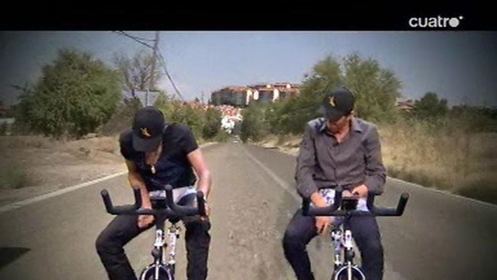 Alberto Contador explica a Pablo Motos como mear montado en bici