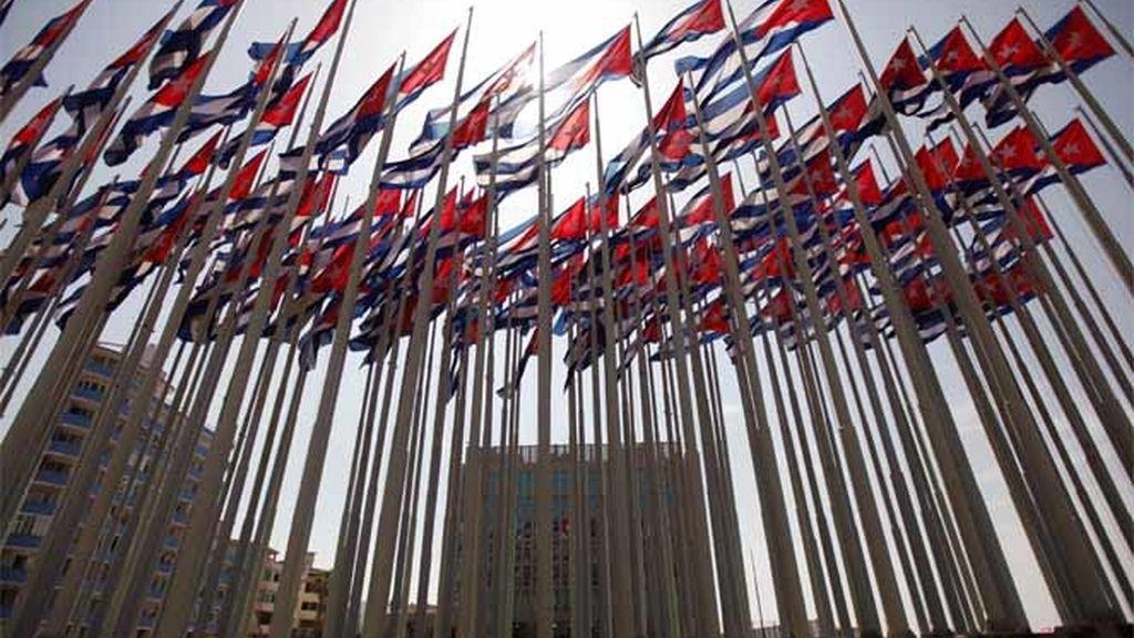 Bandreas colocadas por el régimen cubano para tapar el cartel luminoso de la embajada EEUU en La Habana en 2006