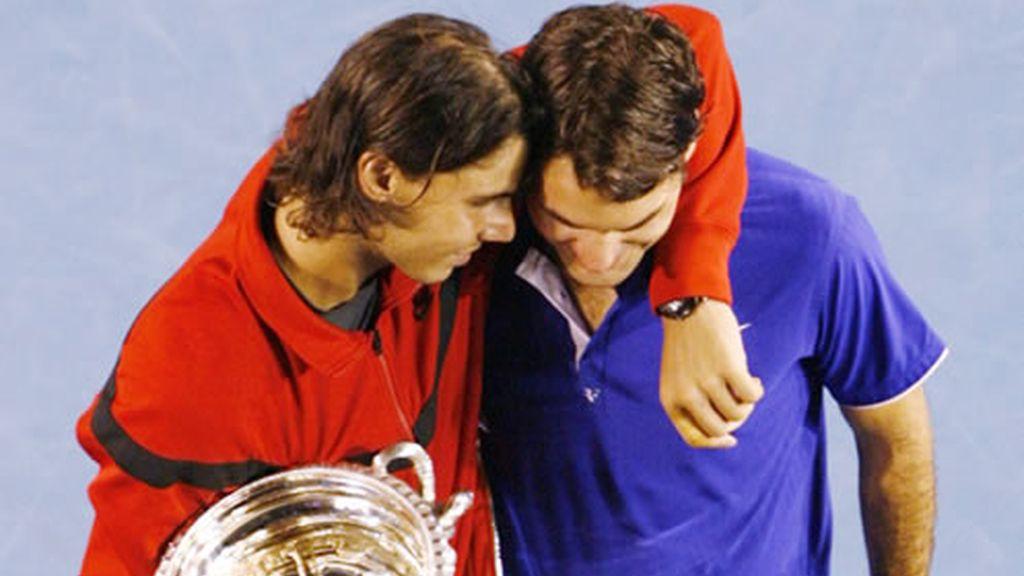 Rafa Nadal consuela, copa en mano, a Roger Federer