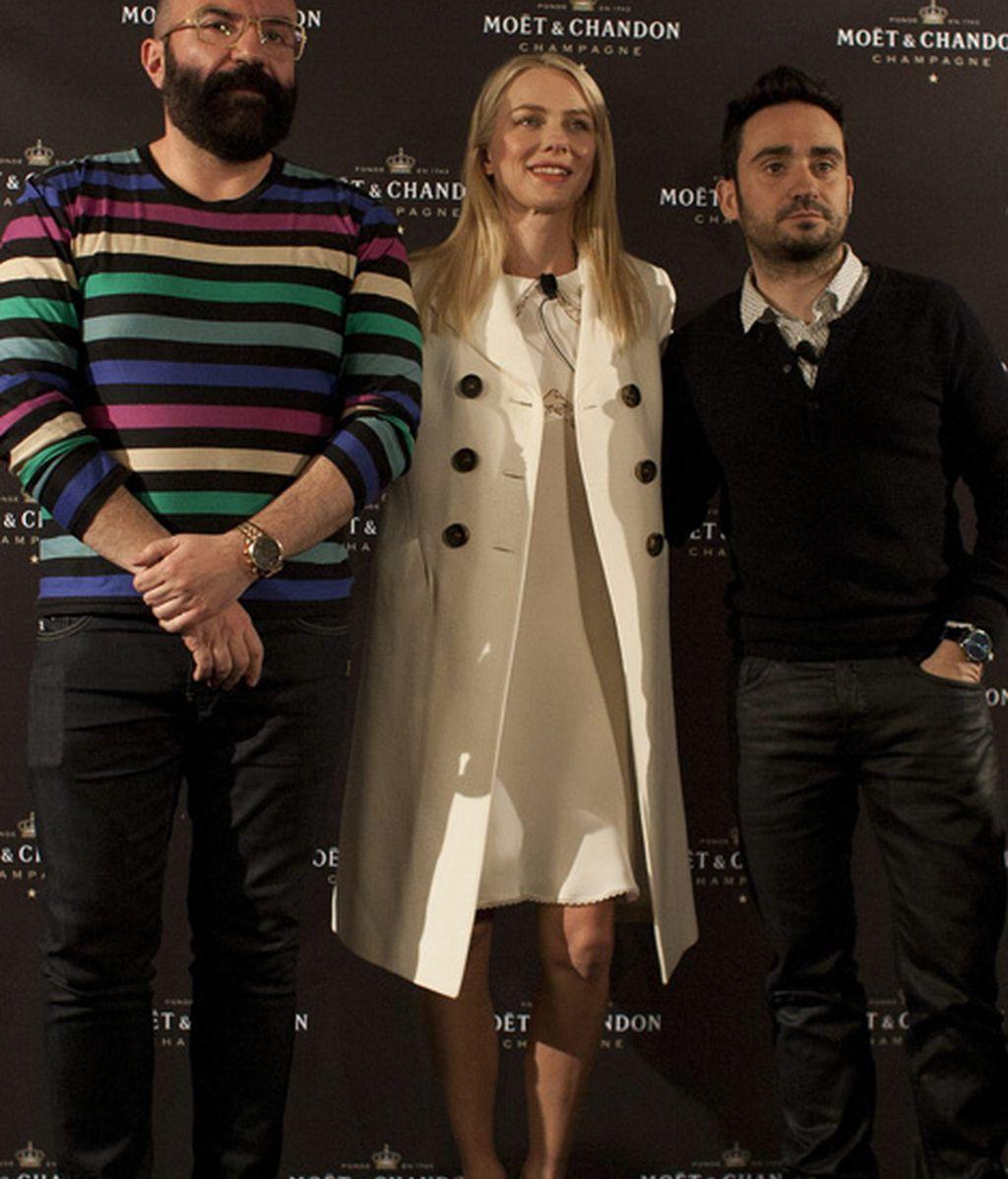 El diseñador de vestuario Paco Delgado, Naomi Watts y José Antonio Bayona