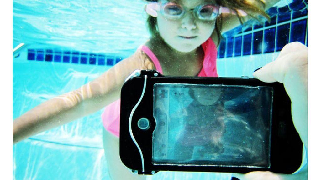 La funda puede ser colocada en los modelos de iPhone 4 y 4S con los que se puede bucear y hacer estupendas fotografías submarinas.