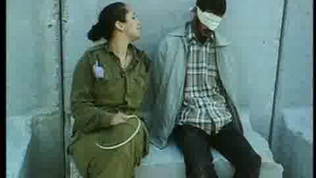 Escándalo por unas imágenes de una soldado israelí posando con prisioneros palestinos