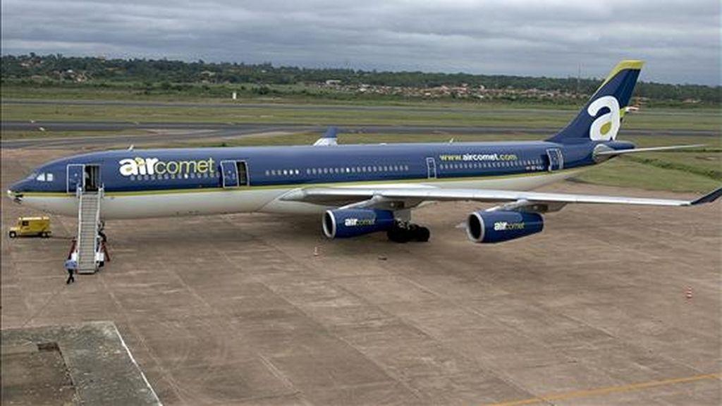 Vista de un avión Airbus 340/300 de la compañía española Air Comet. EFE/Archivo