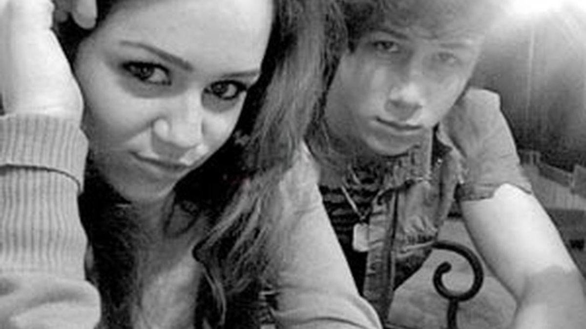 Miley Cyrus y Nick Jonas en una foto colgada en Twitter, de cuando estaban juntos