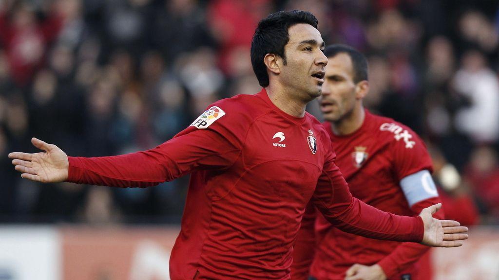 El centrocampista iraní de Osasuna Javad Nekounam celebra su gol, primero de su equipo, durante el partido