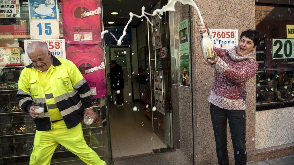Celebraciones con champán tras vender un décimo del Gordo de Navidad