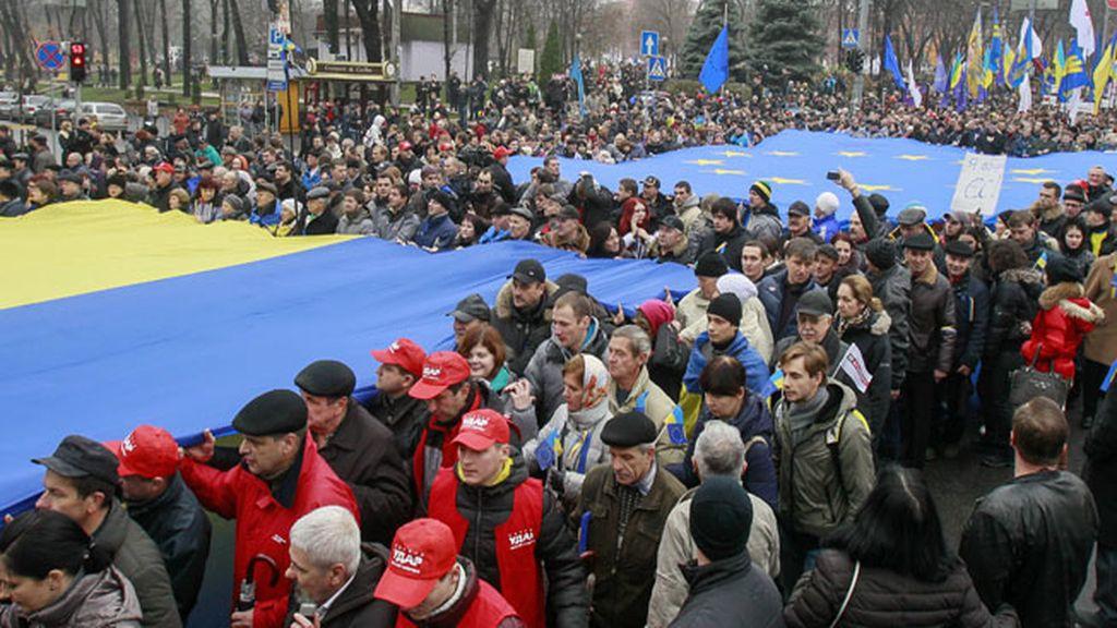 Más de 100.000 personas protestan en Kiev contra la asociación con la Unión Europea