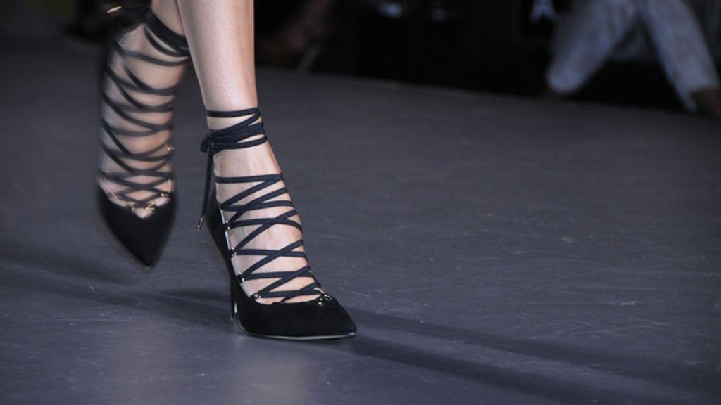 Los preciosos zapatos que pudimos ver en el desfile iban firmados por Jeff Bargues