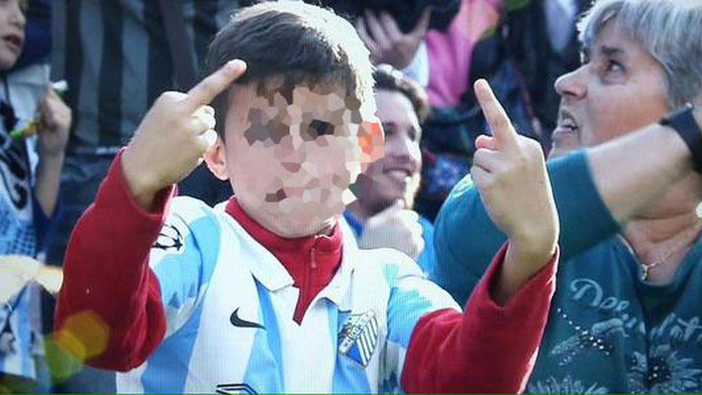Un niño celebra así el gol de su equipo