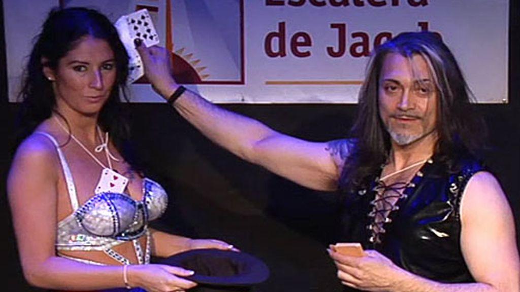 La empresaria se compenetra con el marido de la vedette a las mil maravillas en su número de magia.