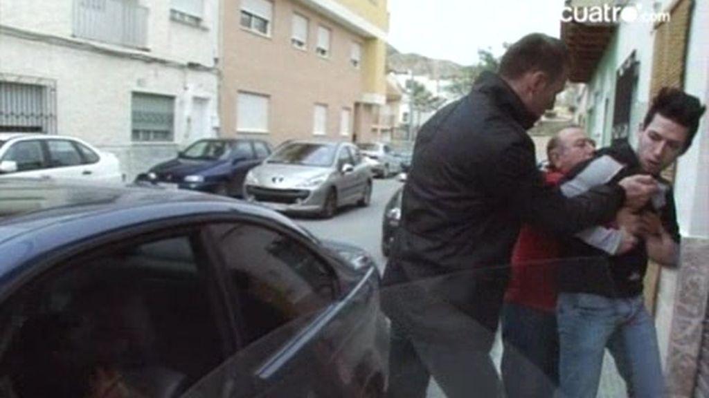 Juan entra en cólera cuando ve a un posible comprador de su coche