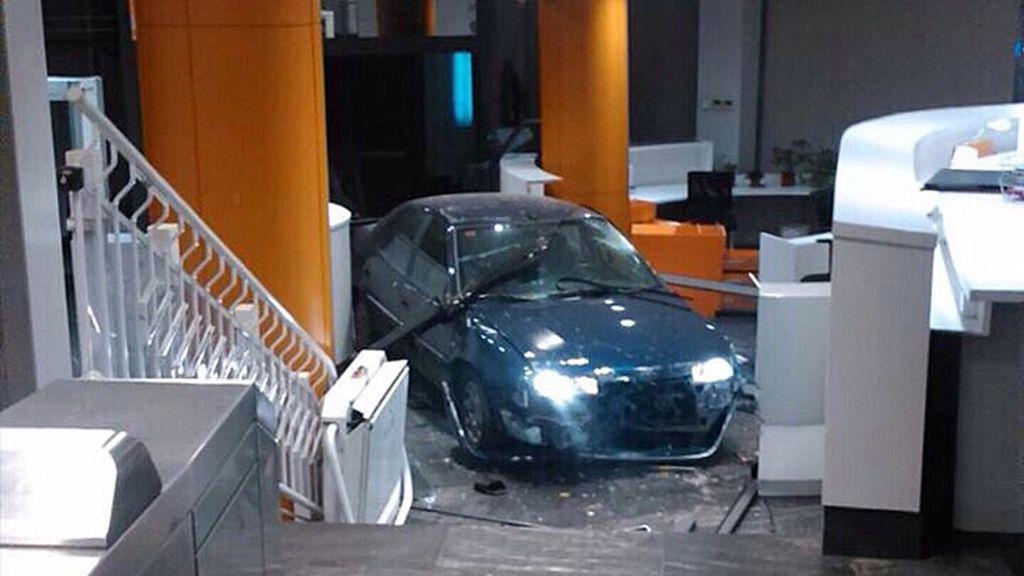Un hombre estrella su coche contra la entrada principal