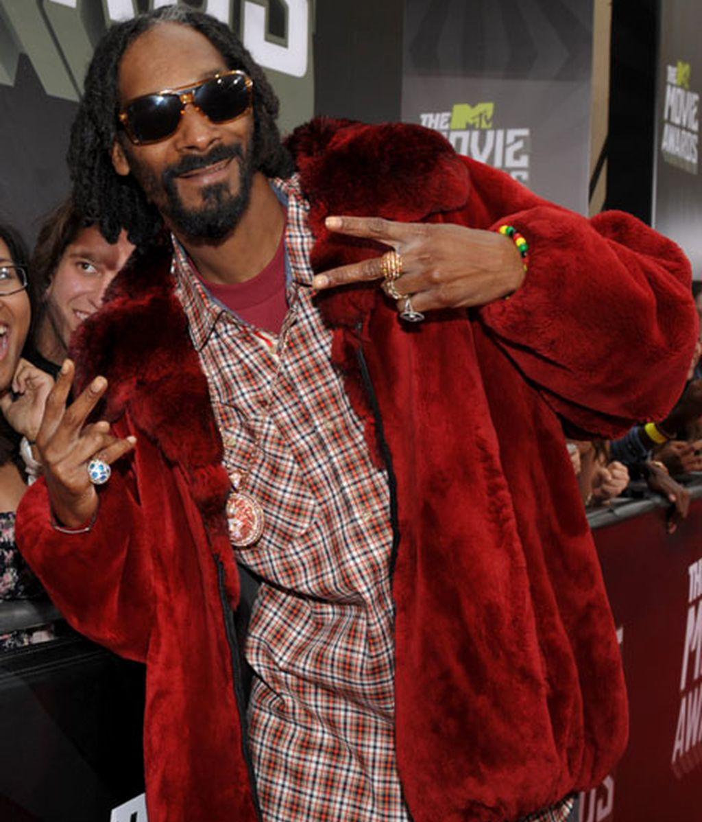 El cantante Snoop Lion llevó un abrigo de pelo rojo