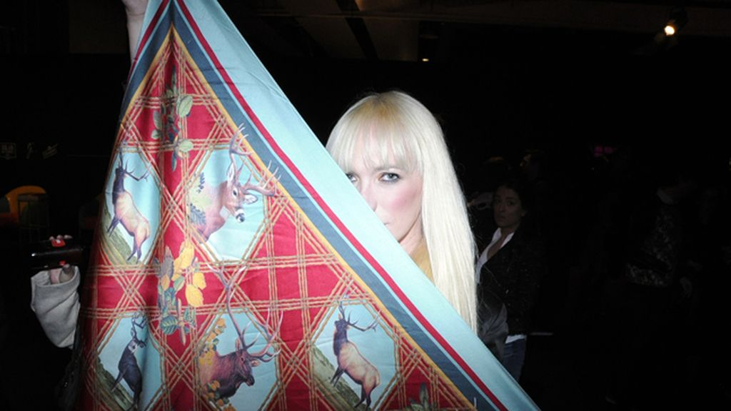 Topacio Fresh nos enseñó su espectacular pañuelo diseñado por Juan Gatti