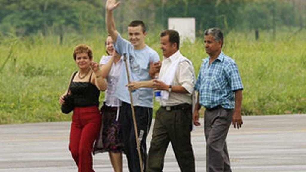 El soldado Josué Daniel Calvo (c), acompañado por sus familiares, saluda a su llegada al aeropuerto Vanguardia de Villavicencio, tras ser liberado por las FARC: Foto: EFE