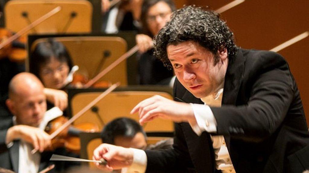 Es director de la Orquesta Filarmónica de Los Ángeles