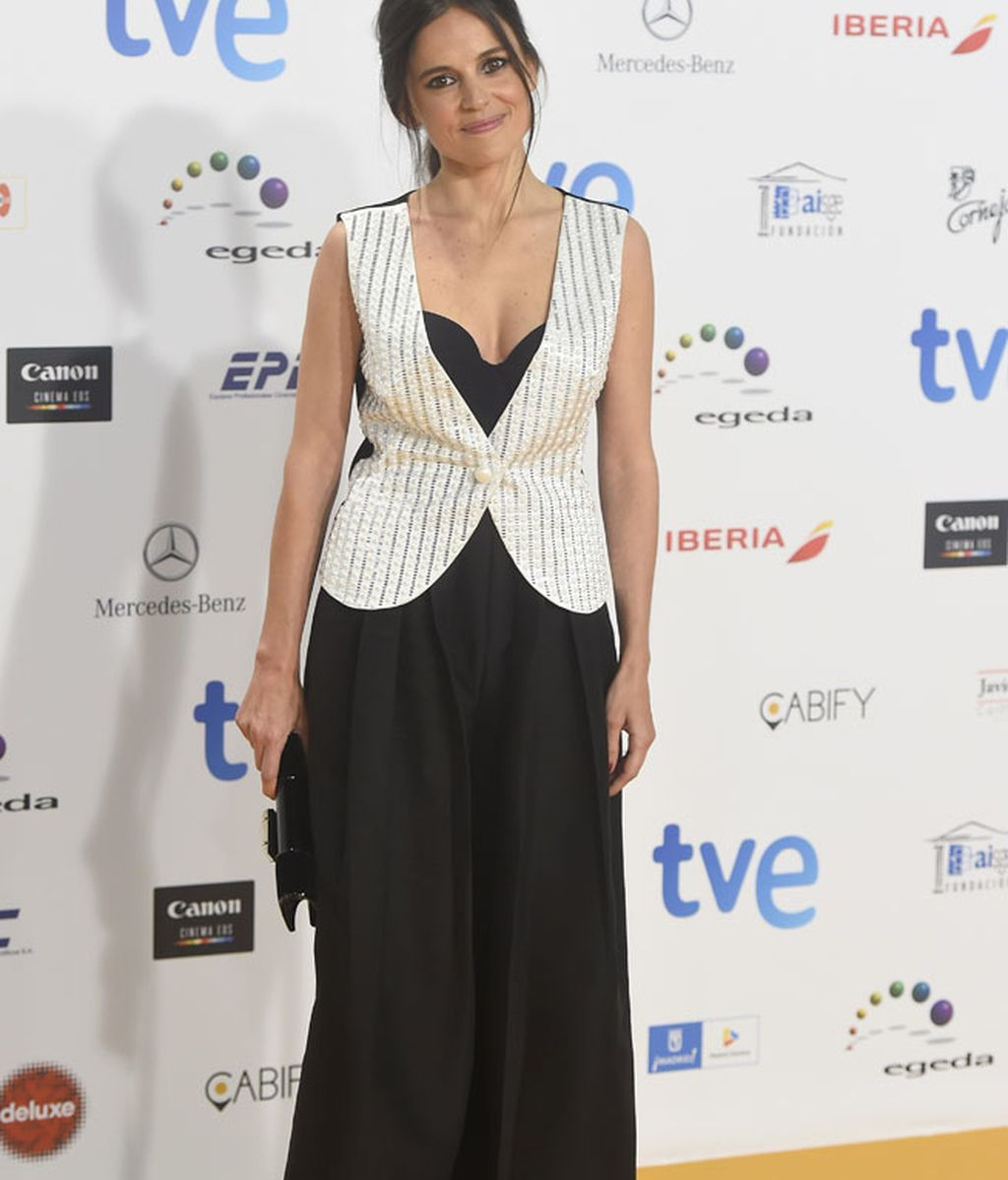 Elena Anaya con vestido negro y chaleco blanco