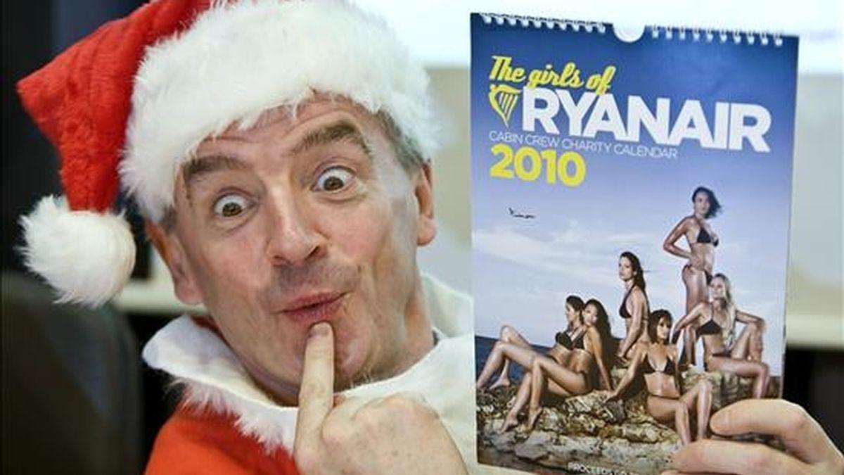 El presidente de la compañía Ryanair, Michael O'Leary, vestido de Papá Noel, muestra un calendario durante la rueda de prensa que ha ofrecido hoy en el Aeropuerto de Málaga, donde ha presentado una promoción de la compañía aérea que preside. EFE