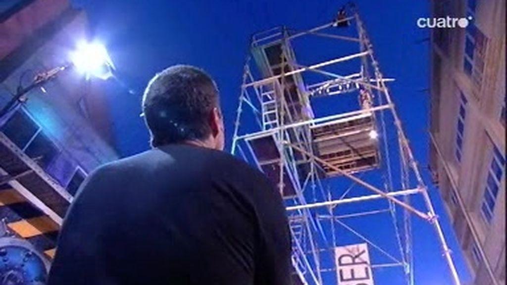 Pablo Motos baja cuatro pisos pegado a cinta americana ante la mirada de Matthew Fox