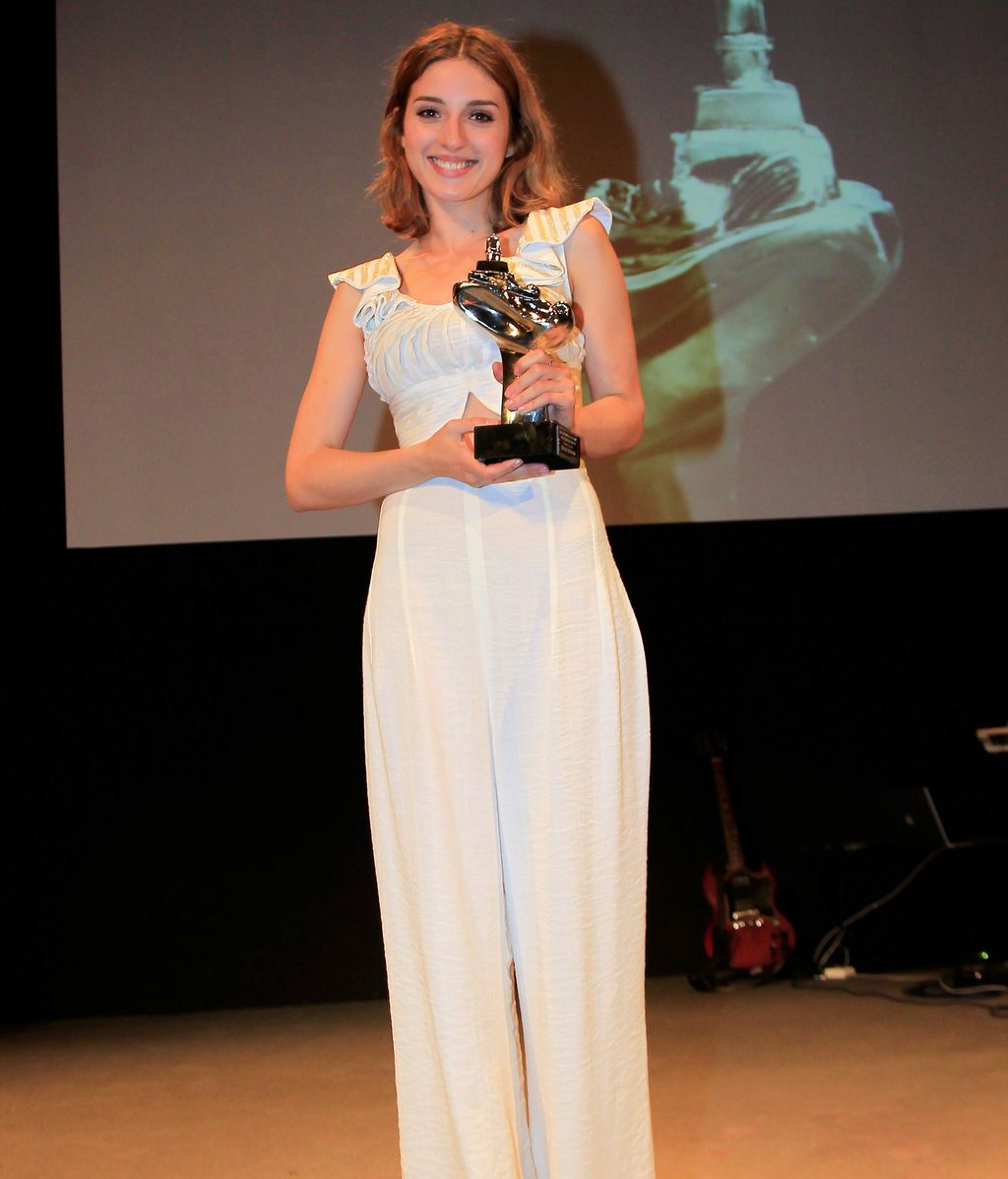María Valverde posa con su premio, el Faro Joven