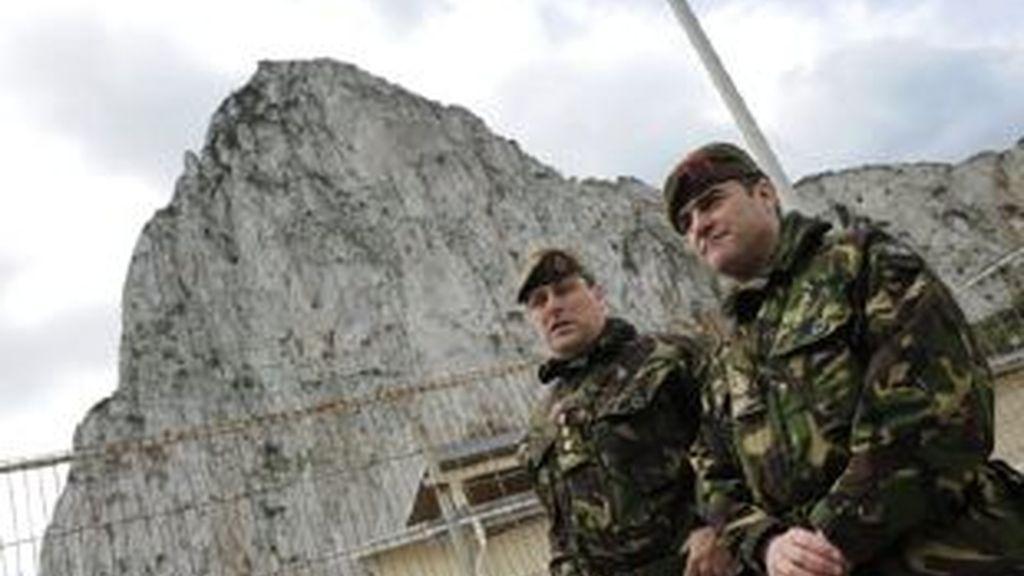 Soldados británicos custodian el Peñón. Foto: EFE