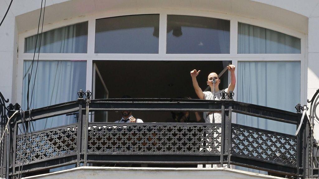 Marlango toca en el balcón de un hotel. Foto: Efe