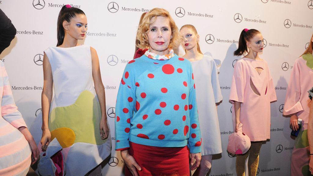 La veterana diseñadora madrileña Agatha Ruiz de la Prada posando con sus modelos en el backstage