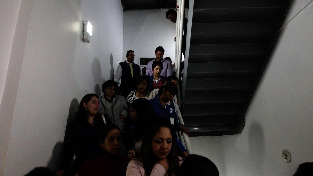 Evacuan un edificio en México durante un terremoto