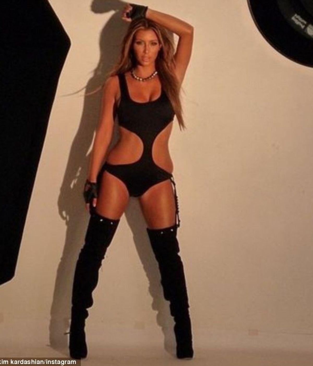 Kim Kardashian enseña antiguas fotos en trikini y botas en Instagram