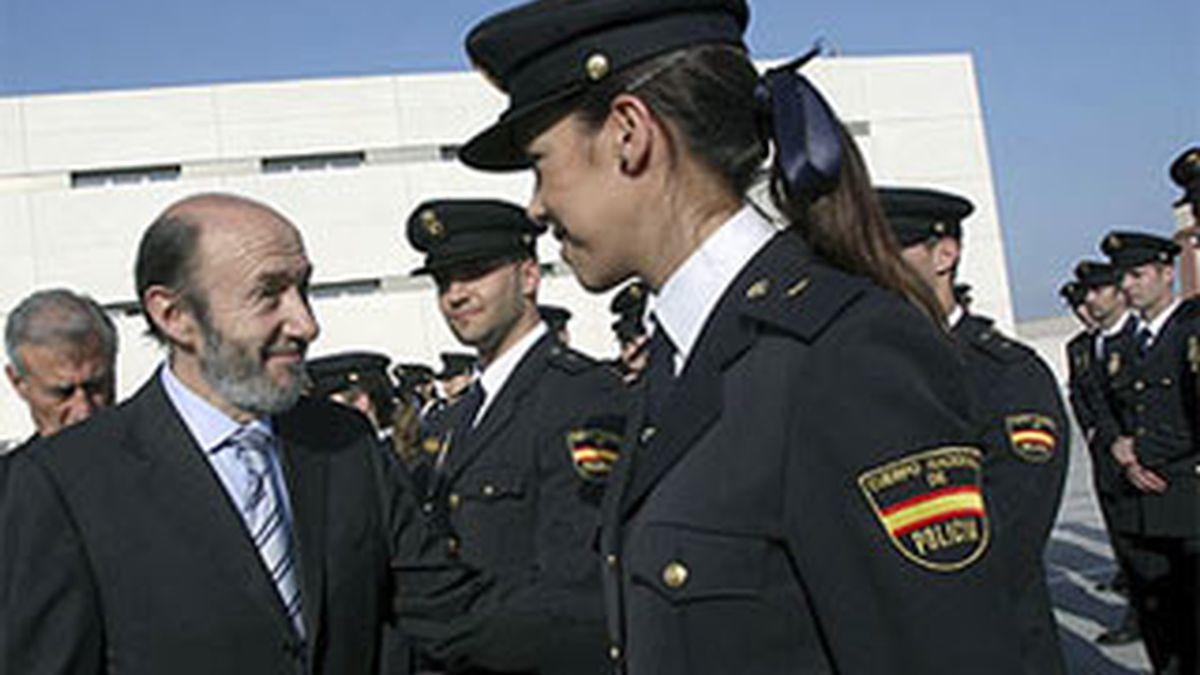 El ministro del Interior, Alfredo Pérez Rubalcaba, pasa revista a agentes de la Policía Nacional. Foto: EFE