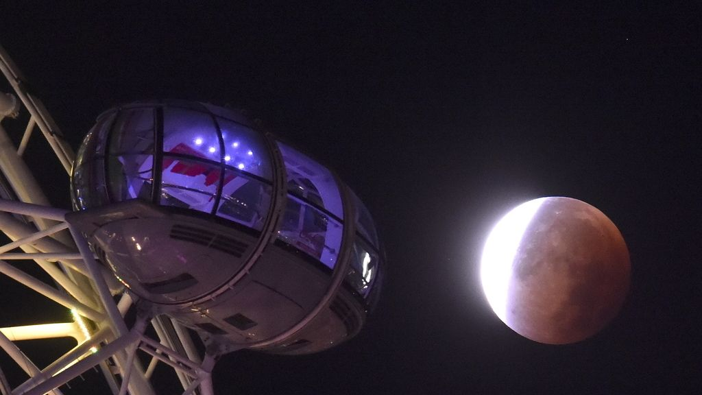La 'superluna' junto al London Eye, Londres