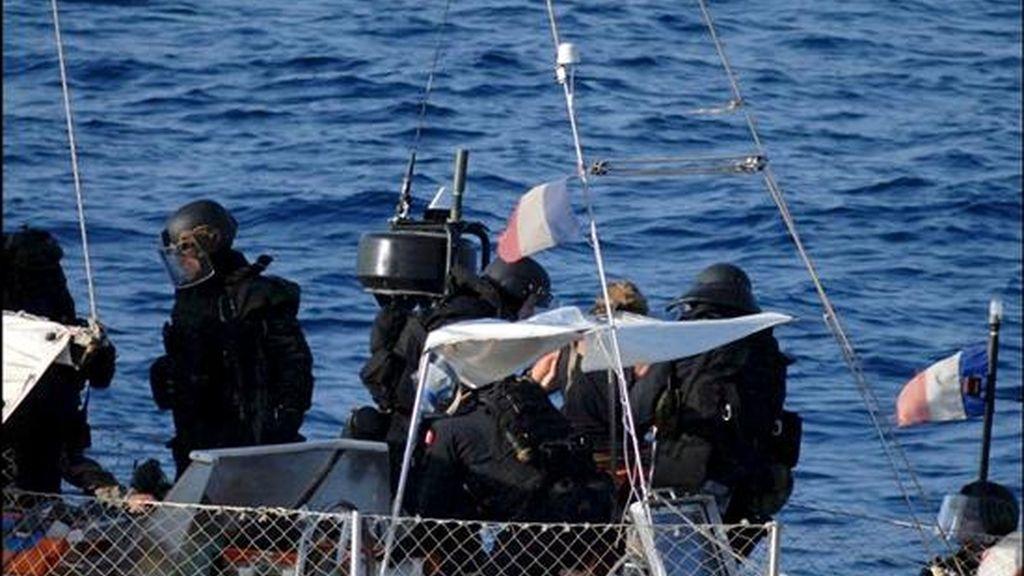 Fotografía cedida hoy por la Marina francesa de Chloe Lemacon (c), dueña del velero francés que fue secuestrado en las costas de Somalia. El esposo de Chloe, Florent, murió en una operación del Ejército francés para liberarlo en la que el resto de ocupantes del velero fueron rescatados. EFE