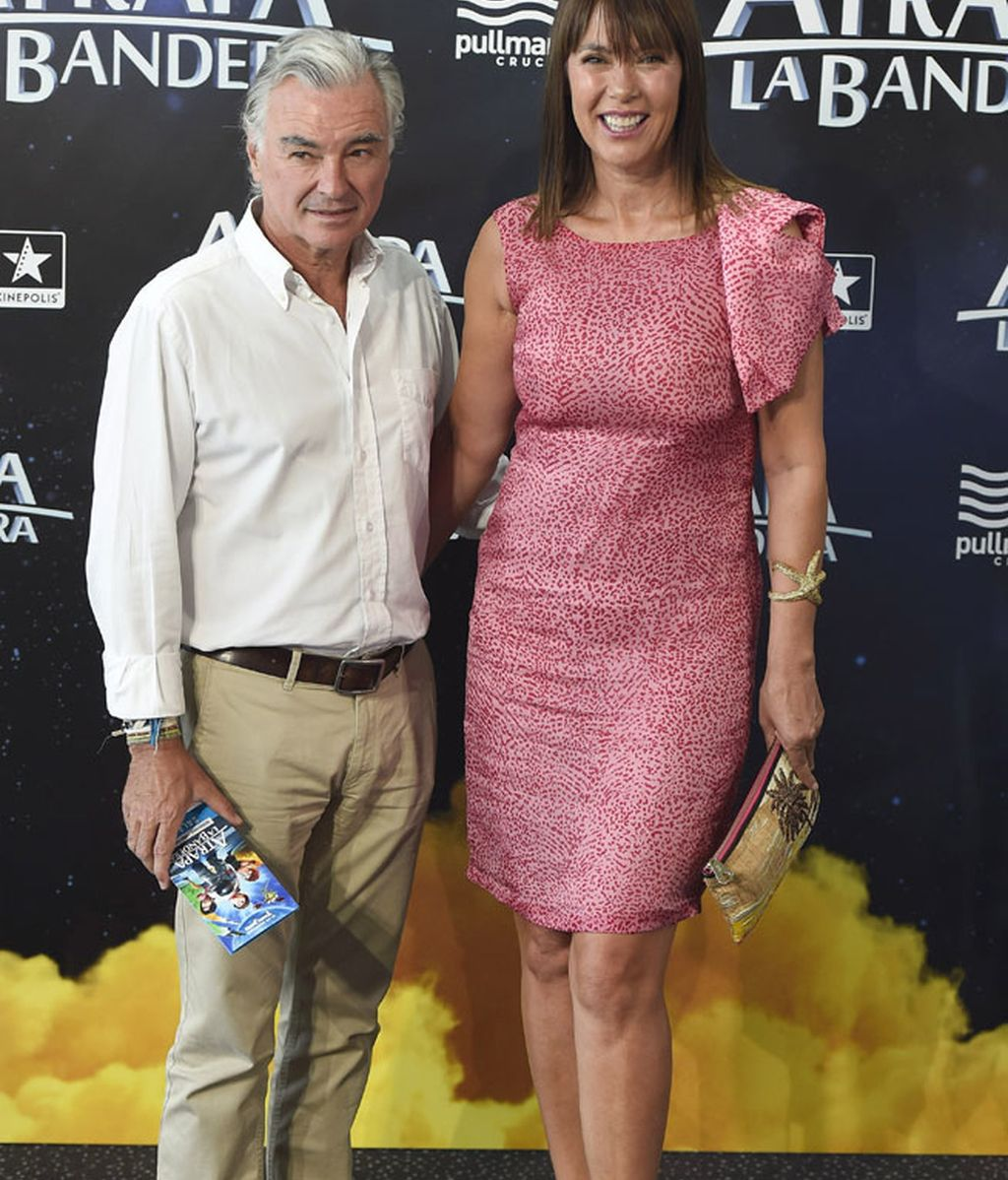 Mabel Lozano, con mangas de volantes, junto a su marido, Eduardo Campoy