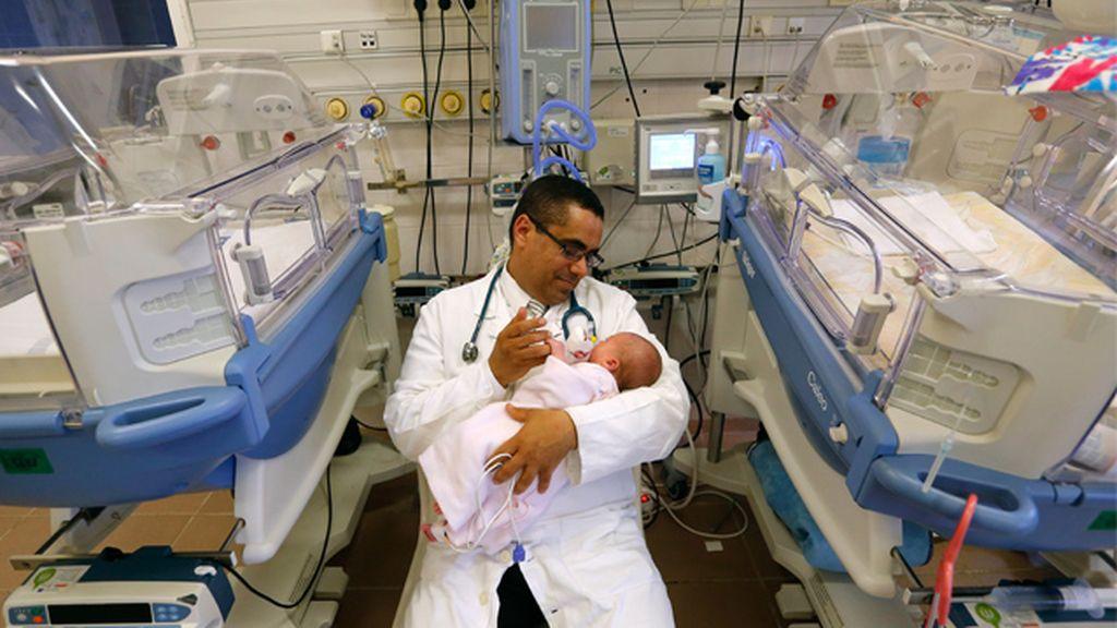 Doctor con un recién nacido
