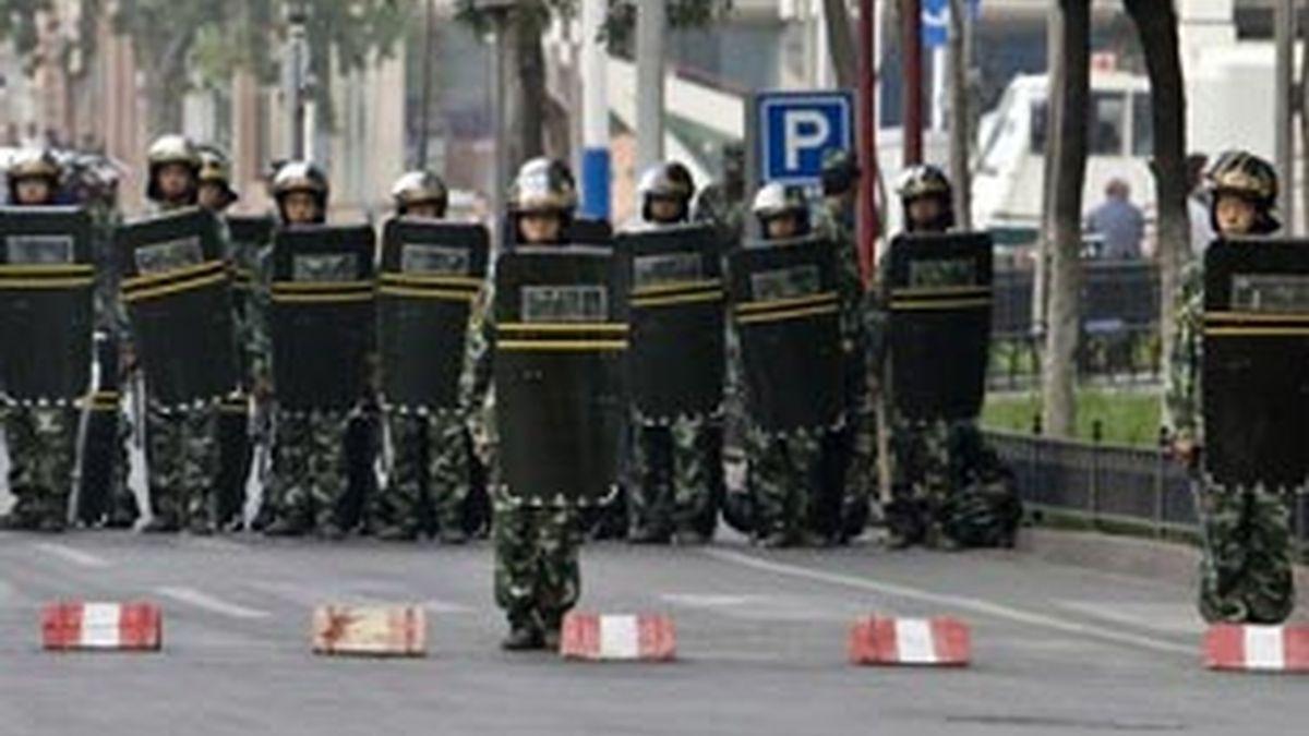 Tropas paramilitares permanecen en una calle de Urumqi, en la provincia de Xinjiang (China). Foto: EFE.