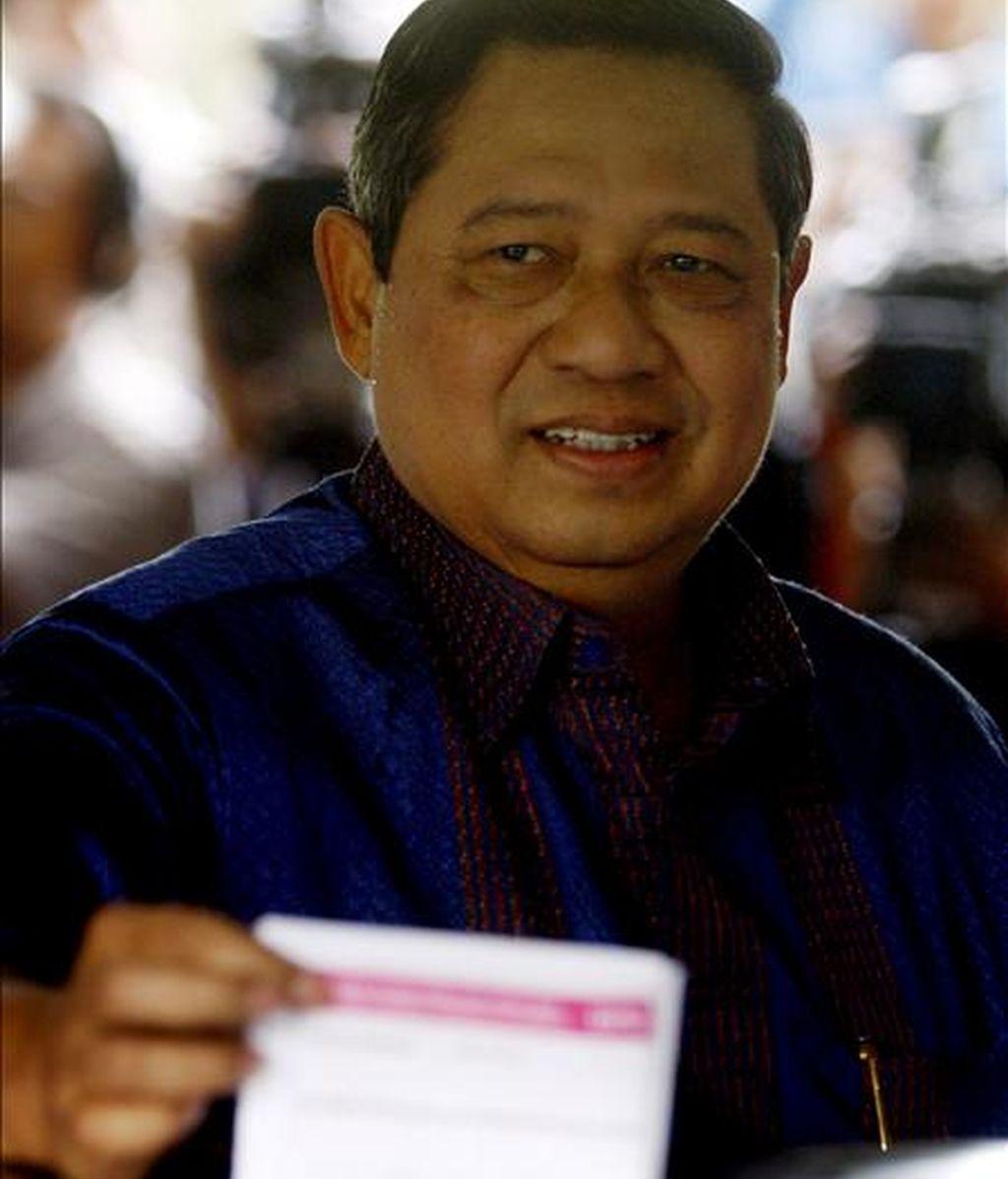 El presidente de Indonesia, Susilo Bambang Yudhoyono, deposita ayer su voto en la urna de un centro electoral en Cikeas, isla de Java, Indonesia. EFE