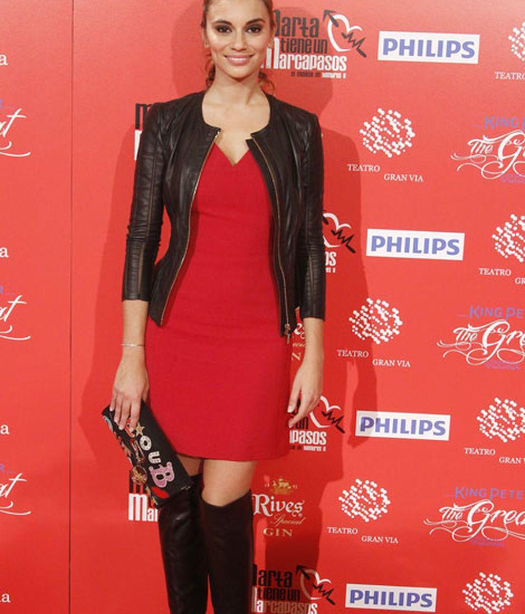 La actriz Norma Ruiz, con un vestido rojo y complementos negros