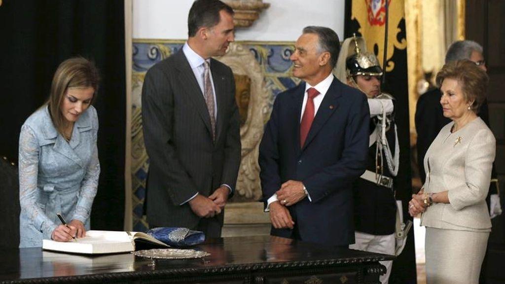 Los reyes son recibidos por el presidente de Portugal y su esposa
