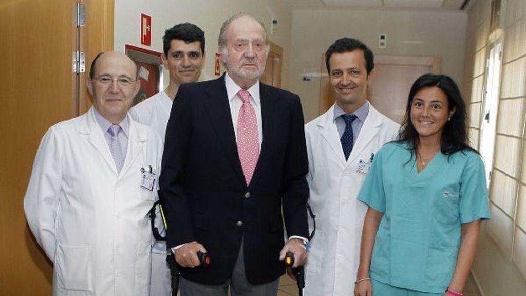 El rey posa, junto a los médicos, tras el alta