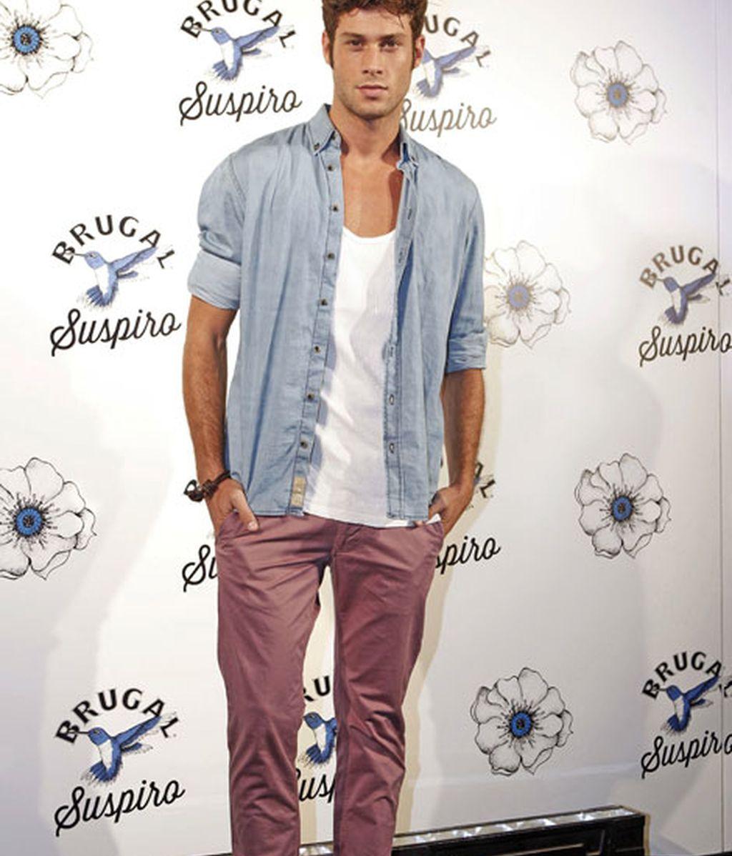José Lamuño, con camisa vaquera desabrochada y pantalones rosas