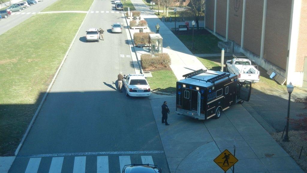 Lugar en que ocurrió el tiroteo en la Universidad Técnica de Virginia, en el que han muerto dos personas, entre ellos un policía.