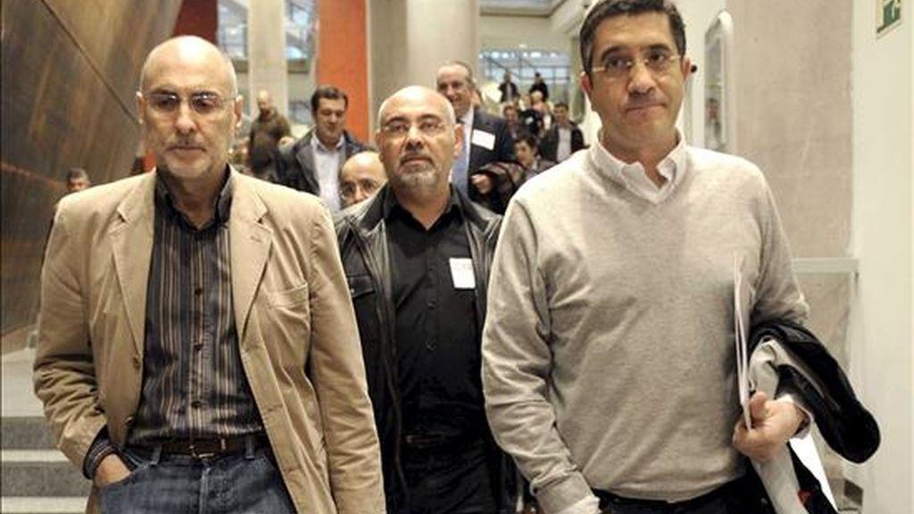El secretario general y candidato a lehendakari del PSE-EE, Patxi López (d), junto a Antonio Pastor (c) y Rodolfo Ares a su llegada el sábado al Comité Nacional de los socialistas vascos. EFE