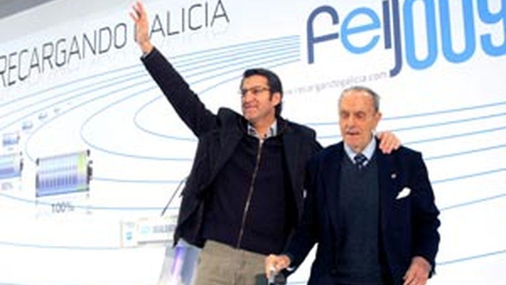 El presidente del PP de Galicia, Alberto Núñez Feijoo junto a Manuel Fraga que lo ha acompañado en Lalín en un mitin de precampaña para las elecciones gallegas.Foto: EFE.