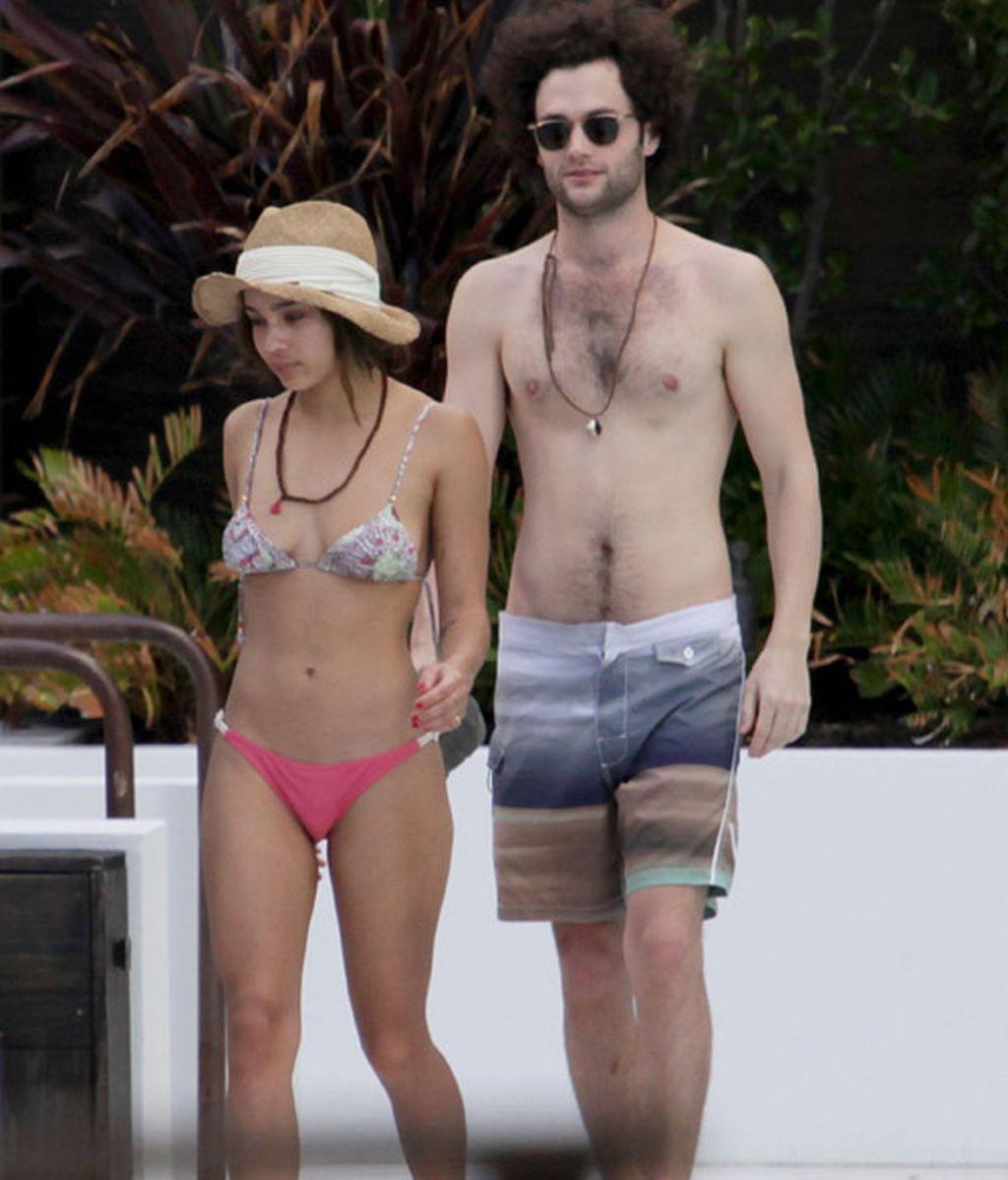 Penn Badgley (Dan en Gossip Girl) con Zoe Kravitz de cócteles y playa