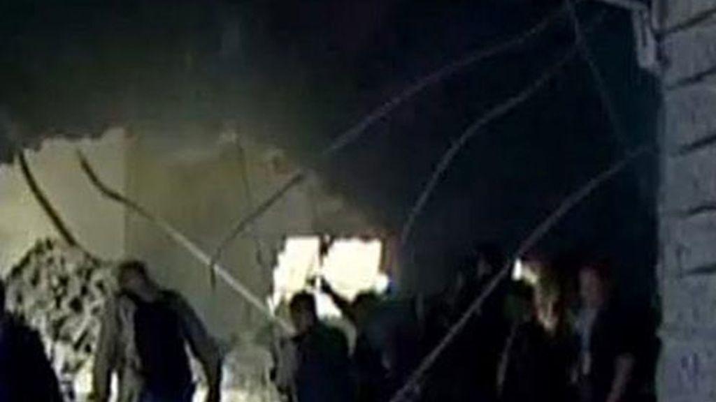 Una imagen captada en El Cairo de la cadena de televisión Al Arabiya que muestra los daños de la casa del líder libio, Muamar el Gadafi, en Trípoli.