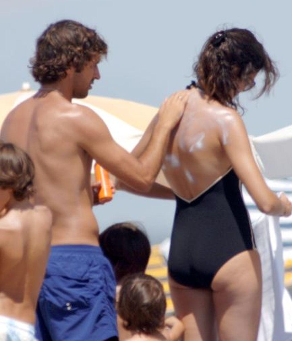 Raúl pone crema a su chica, Mamen Sanz