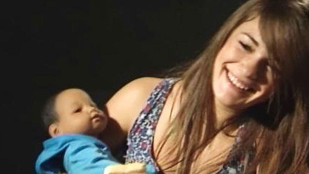 Macarena sonríe, con su bebé en brazos