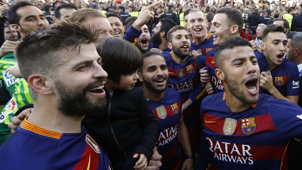 La felicidad de los jugadores del Barcelona en la celebración del título de liga (14/05/2016)