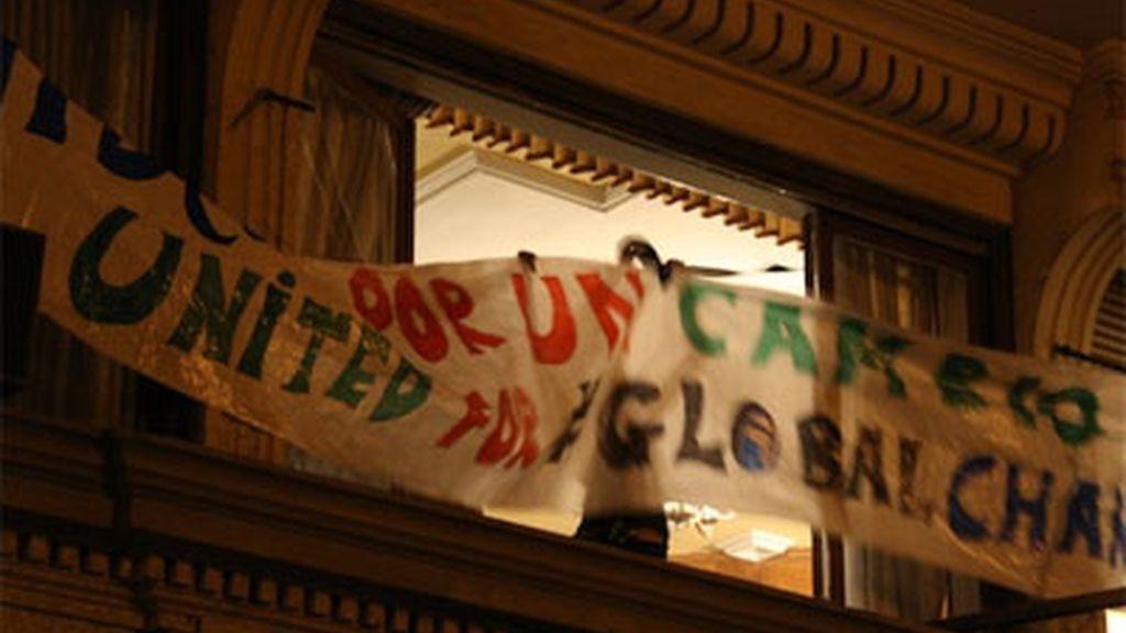 Pancarta que cuelga de la fachada del Hotel Madrid, okupado tras la manifestación indignada en la capital
